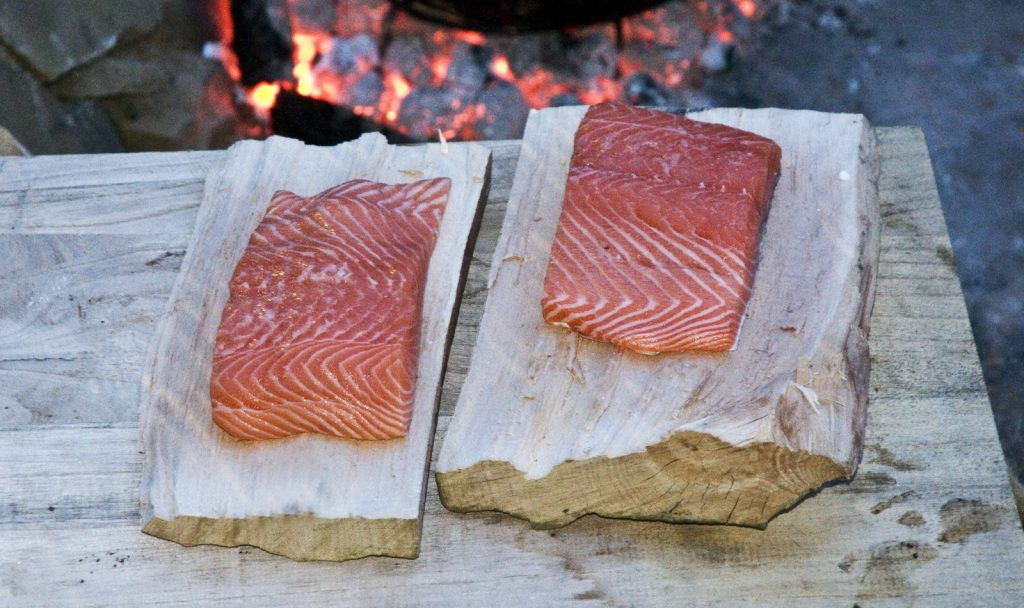 Lachs am Brett in der Glut