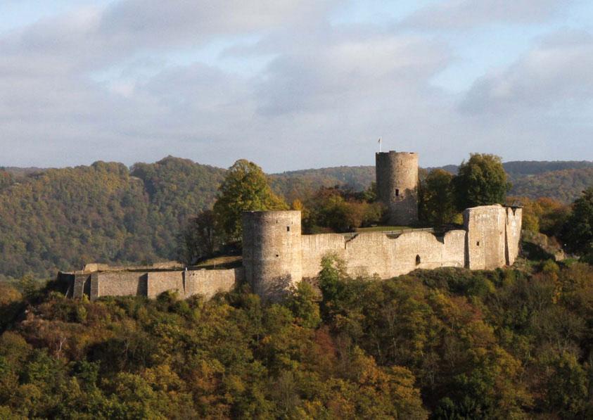 Burg Blankenberg Hennef mit Turm und Kräutergarten