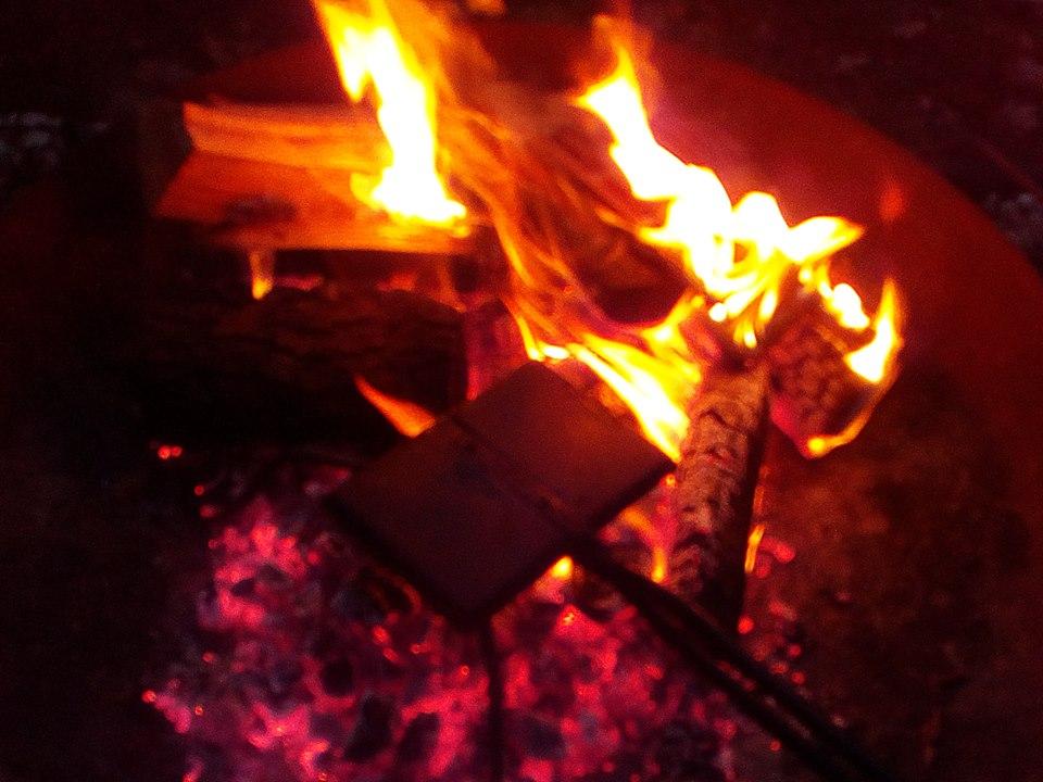 Zimtwaffeleisen im Feuer