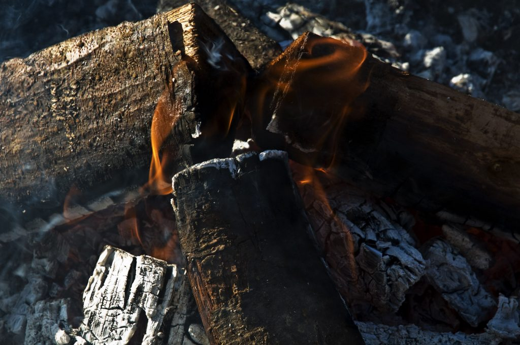 Brennendes Holz im Lagerfeuer