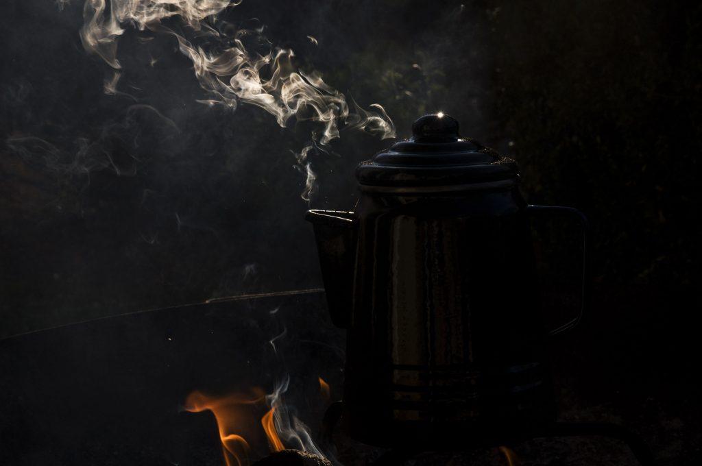 Kaffeekanne im Lagerfeuer