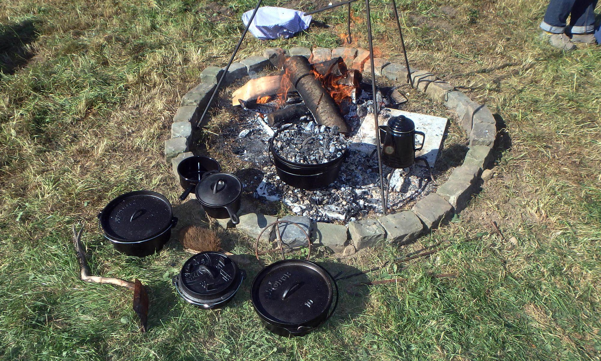 Feuerstelle mit Töpfen und Dreibein