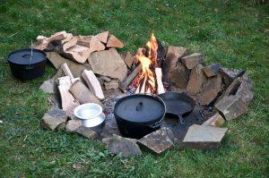 Feuertselle mit Dutch Oven, Pfanne und Topf