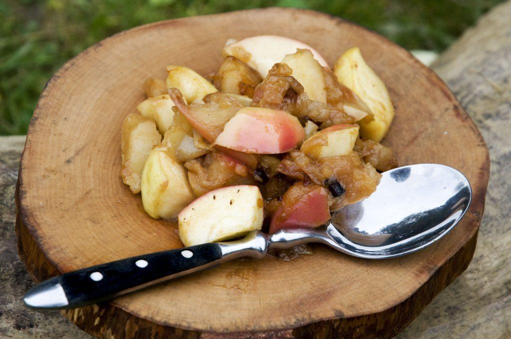 Äpfel mit Speck im Dutchoven