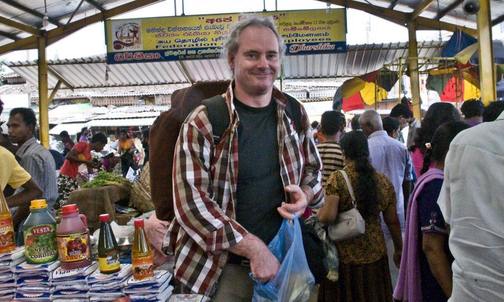 Rolf Iven auf einem Wochenmarkt in Sri Lanka