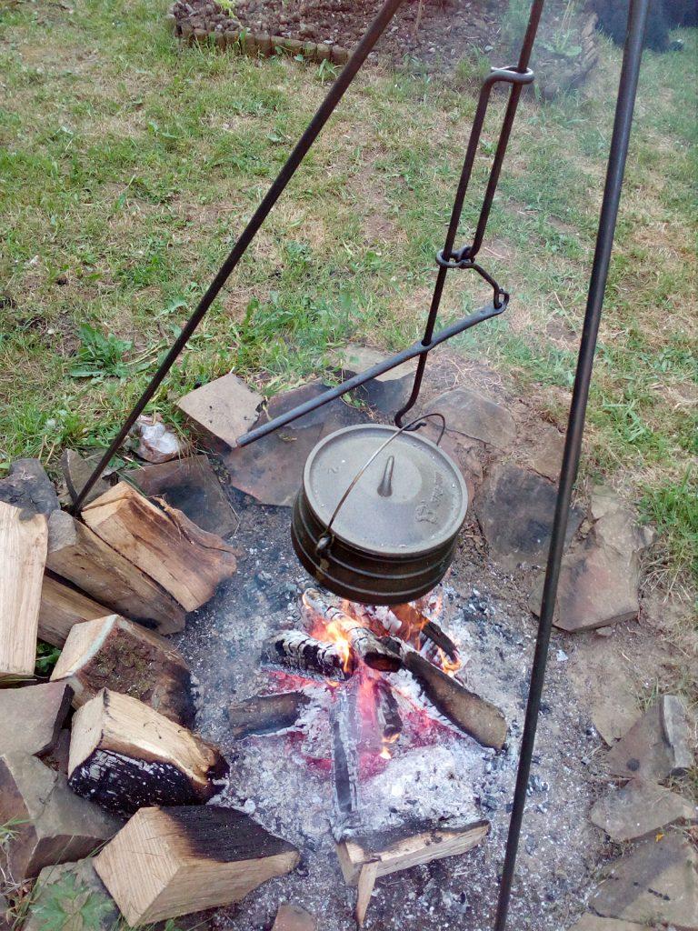 Dreibein am Lagerfeuer