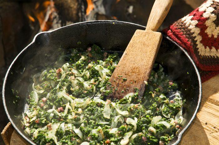 Brennnessel und Giersch werden mit Zwiebeln und speckwürfeln angebraten