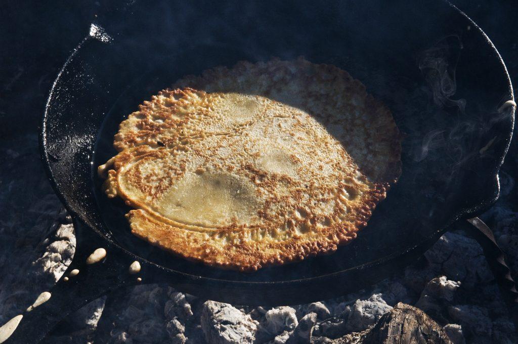 Pfannkuchen in der gusseisernen Pfanne