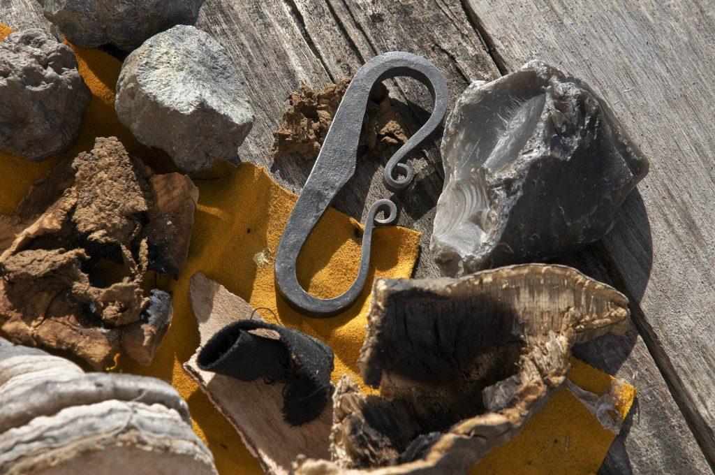 Feuer schlagen mit Flint, Zunder und Eisen