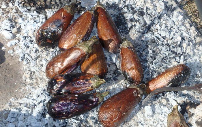 Auberginen garen in der Glut