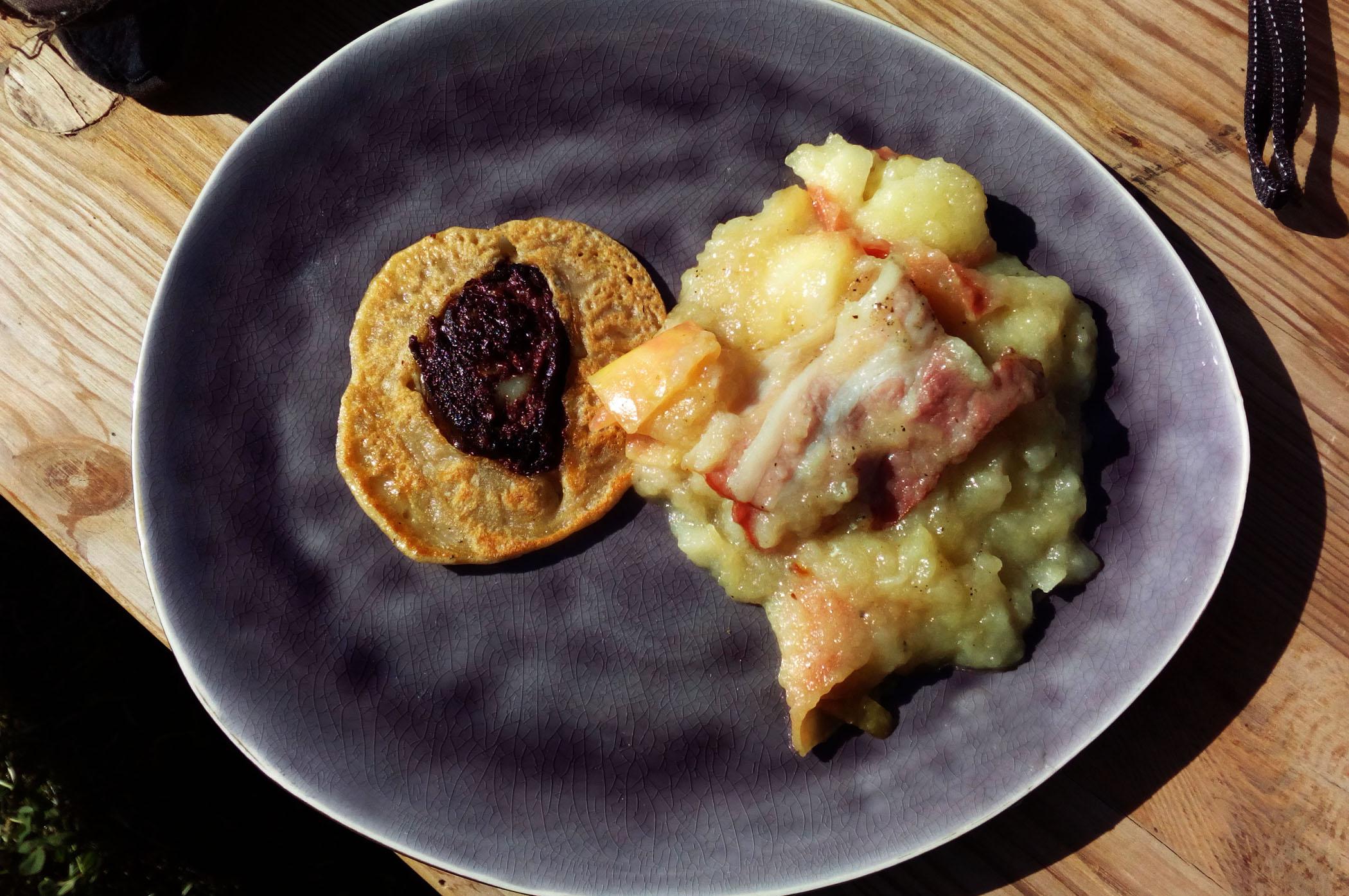 Pfannkuchen aus Bierteig mit Blutwursttalern und geschmorten Äpfeln