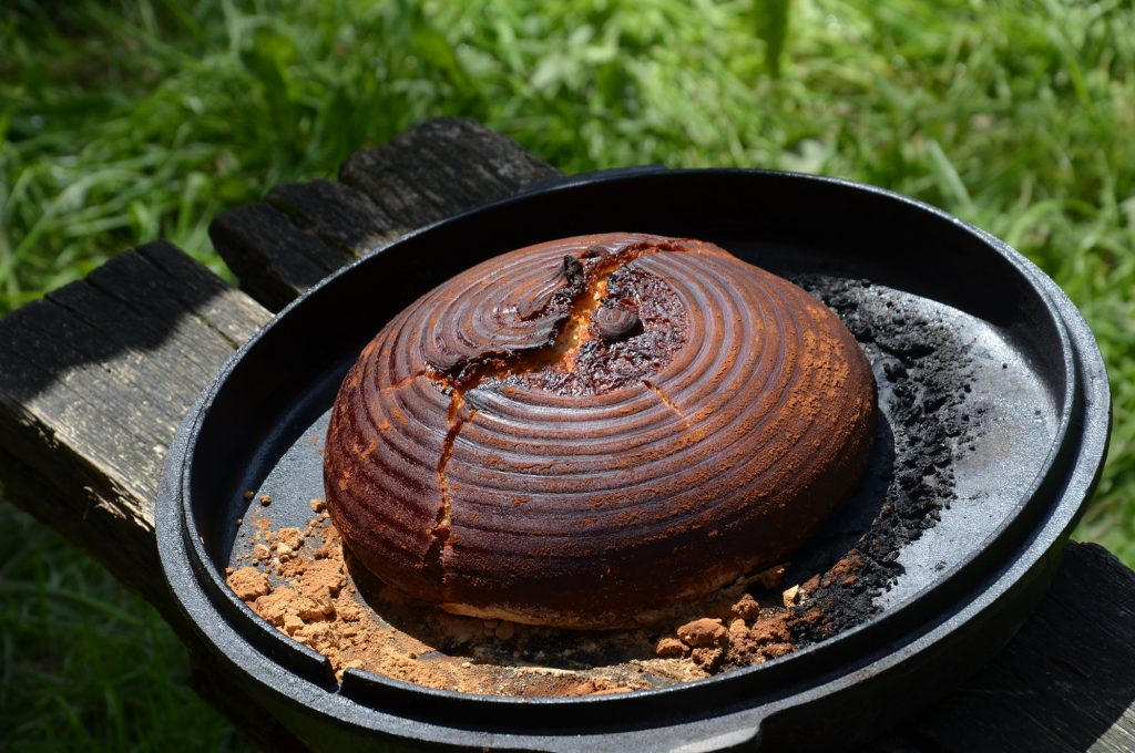 Dinkelsauerteig-Brot im umgedrehten Ditch Oven gebacken