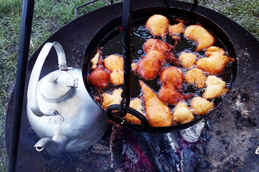 Muzen backen über Feuer