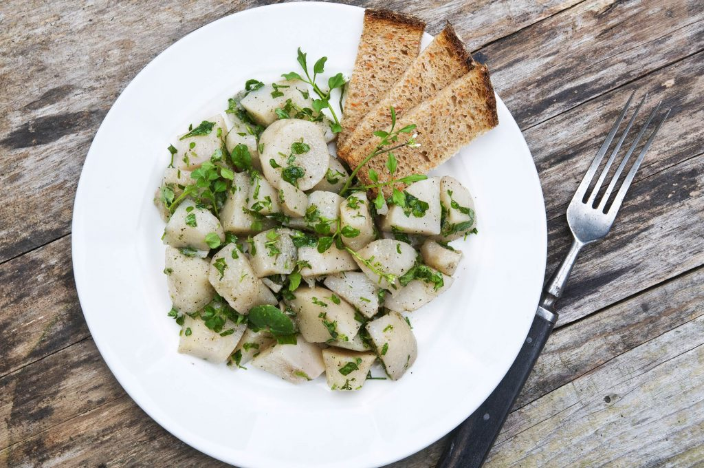 Topinambur-Salat mit Wiesenschaumkraut