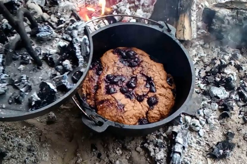 Kirschkuchen im Dutch Oven